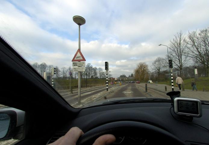 De blockers bij Willemstad werken nu niet meer. Er staan verkeersregelaars.