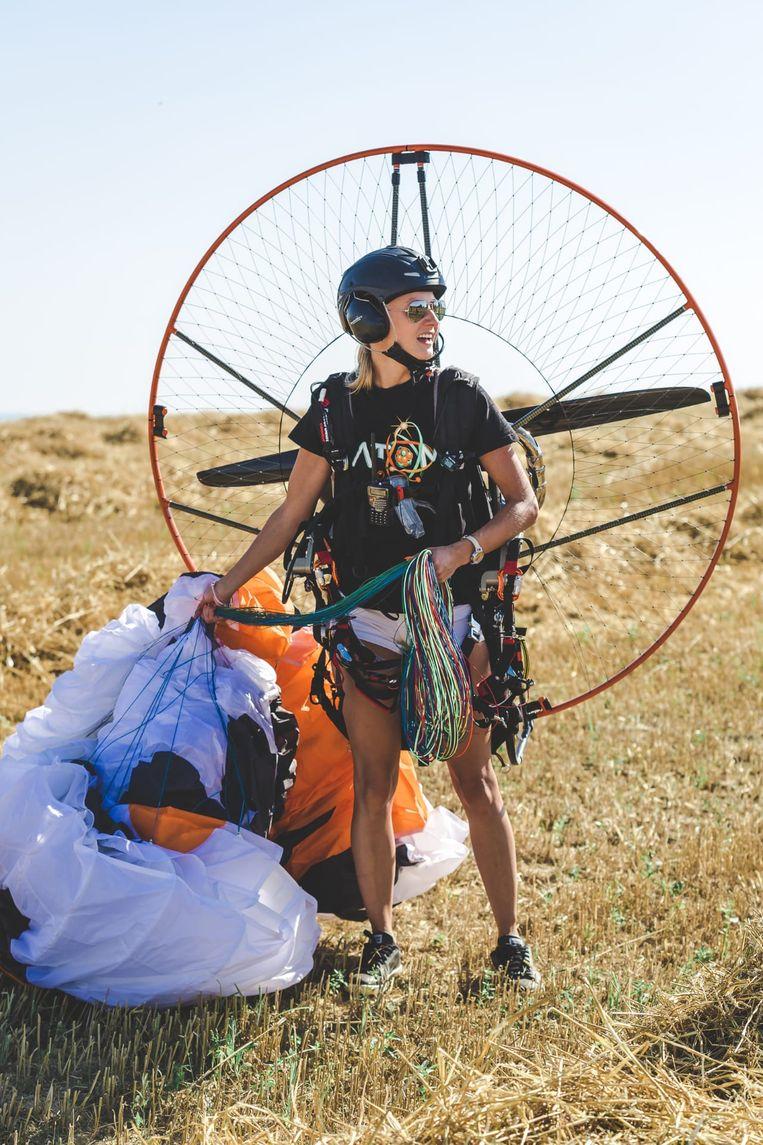 Lydia (32) verliest bewustzijn en stort neer met parapente  foto: Lydia Jaecques (32)  foto Hans Verbeke