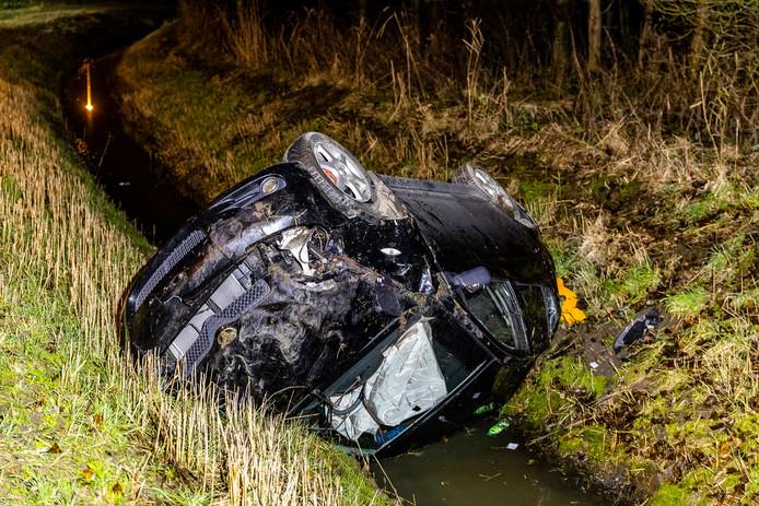 Auto belandt in sloot naast A17 bij Moerdijk.