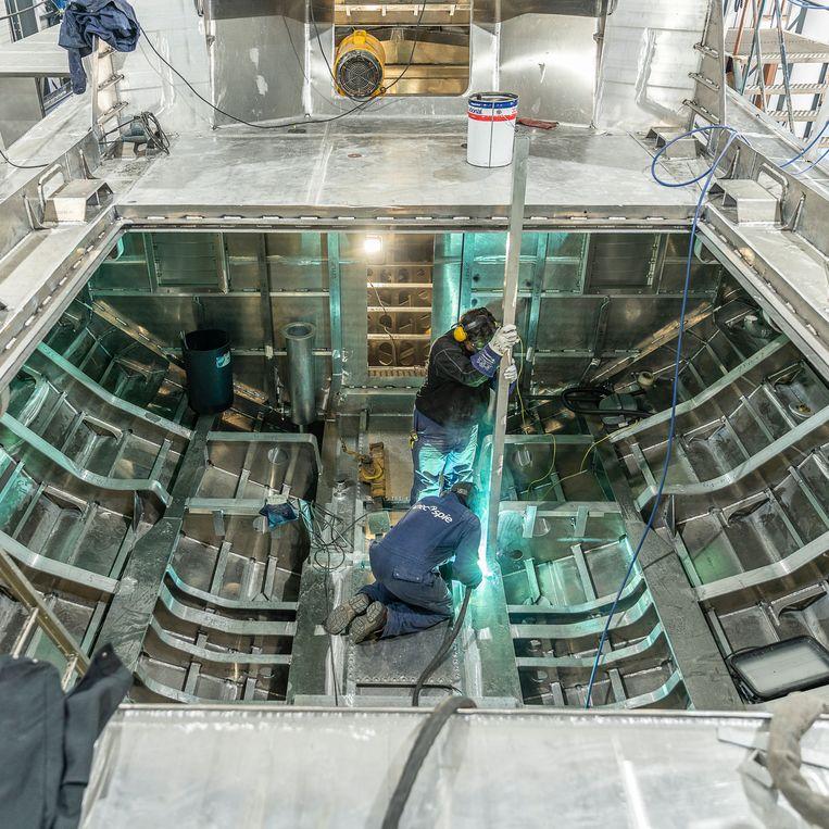 Een aluminium loodsschip in aanbouw bij Next Generation Shiphards in Lauwersoog. foto Harry Cock/de Volkskrant Beeld Harry Cock / de Volkskrant