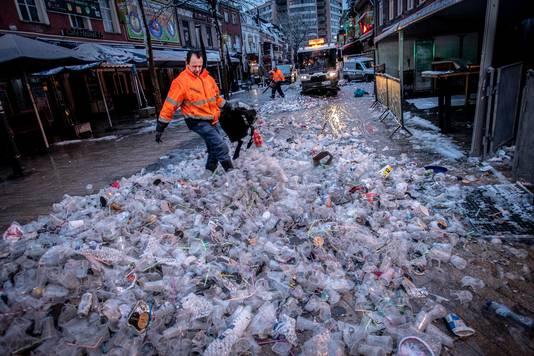 De Korte Heuvel kuisen was iets moeilijker dan voorgaande jaren: door de sneeuw én er lagen slingers tussen de plastic bekers.