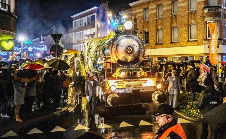 De stoomtrein was een van de blikvangers in de Kerstparade.