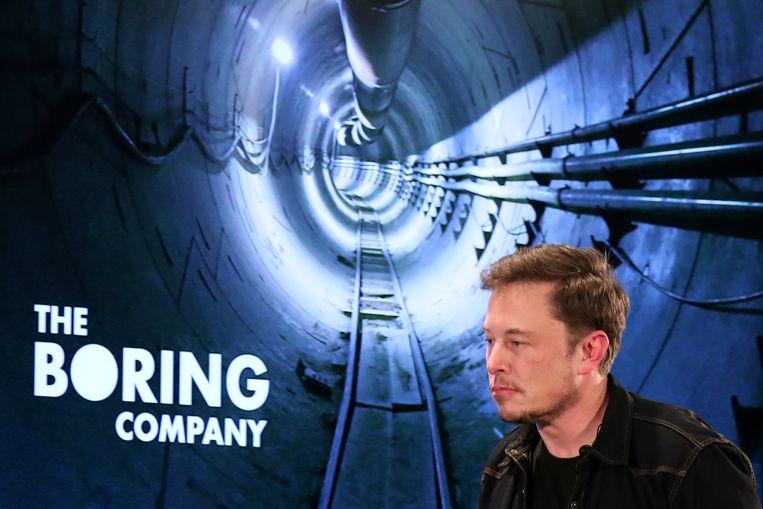Elon Musk voor een foto van de testtunnel in Los Angeles. Beeld REUTERS