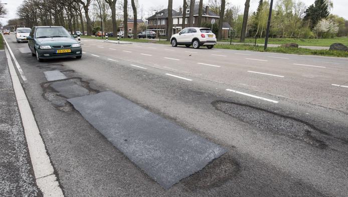 De grote gaten in het wegdek op de Gronausestraat tussen Enschede en Glanerbrug.