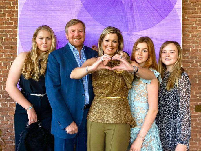 De koninklijke familiefoto vanwege de Eurovision-uitzending 'Europe Shine a light', met Amalia en haar hippe clutch.