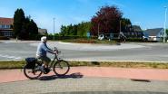 Fietsers overschrijden volle witte lijn aan rotonde: 174 euro boete