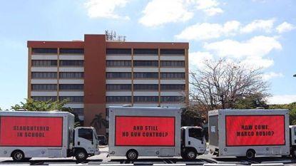 """""""Moordpartij in school. En nog steeds geen wapenwetgeving"""": protest met grote reclameborden aan kantoor Republikeinse senator"""