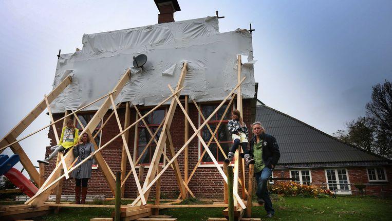 Een woning van een gezin wordt verstevigd om het aardbevingsbestendig te maken. Beeld ANP