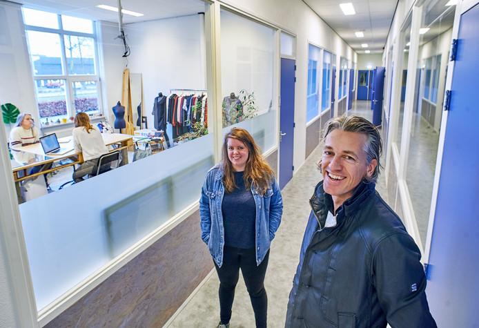 Benito van Dijk (rechts) en Imke de Korte in 't Handelshuys op de plek waar een deel van de creatieve ateliers moet komen. De eerste lokalen voor 'maken en zaken' zijn al in gebruik.