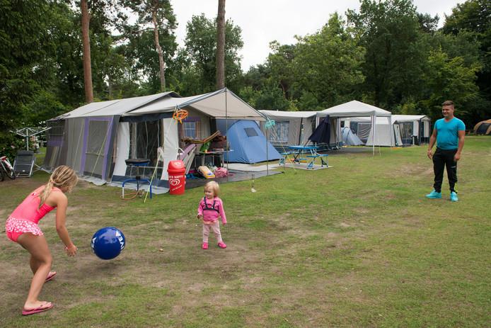 Toeristen vermaken zich op camping De Haeghehorst in Ermelo.