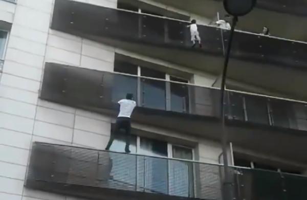 **'Spiderman' uit Mali redt bungelende kleuter van balkon**