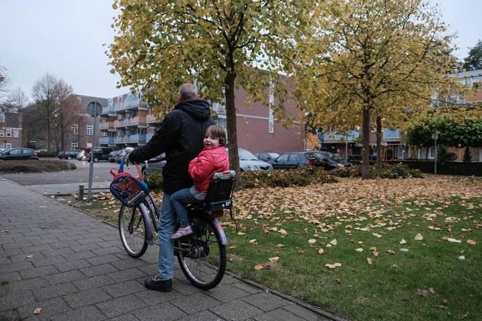 Kyanka bij haar vader achterop de fiets.