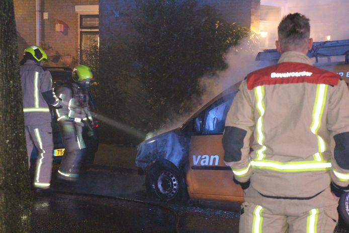 Het busje dat geparkeerd stond aan de Albert Schweizerlaan, is vermoedelijk in brand gestoken.