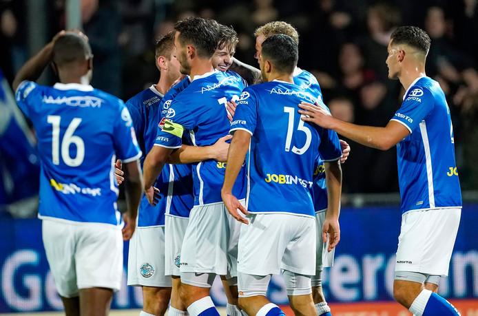 Spelers van FC Den Bosch vieren een doelpunt.