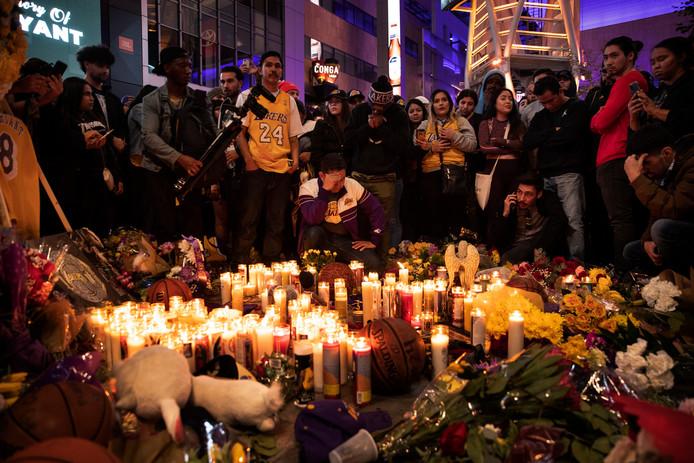 Fans gedenken de overleden Kobe Bryant bij het Staples Center, de thuishaven van LA Lakers en Clippers.