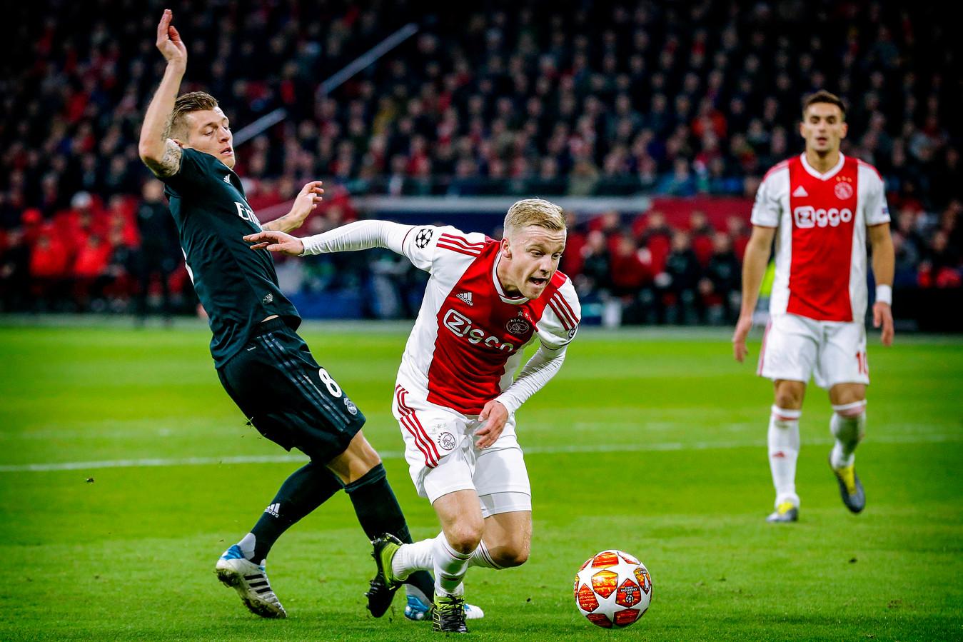 Donny van de Beek vorig seizoen in actie tegen Real Madrid.