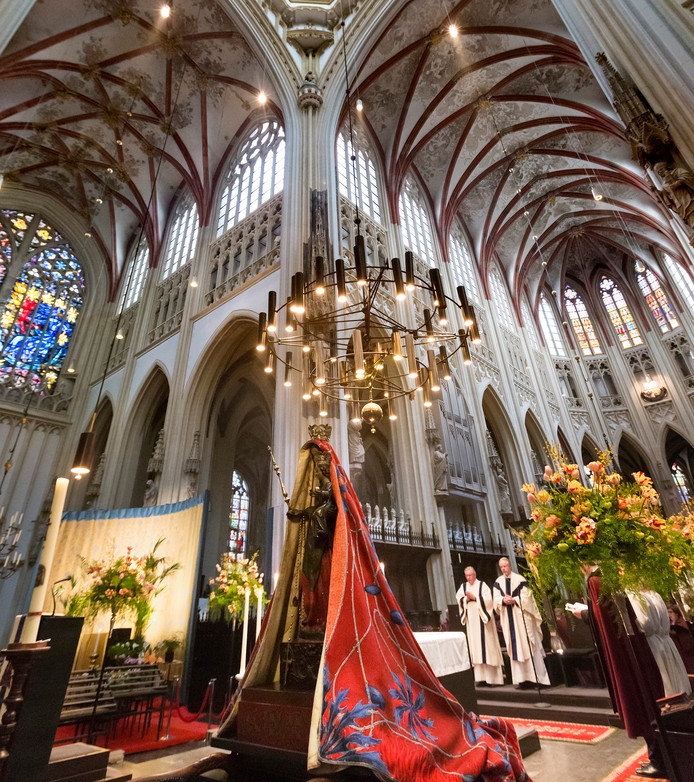 Het interieur van de Sint Jan in Den Bosch, met op de voorgrond het Mariabeeld.