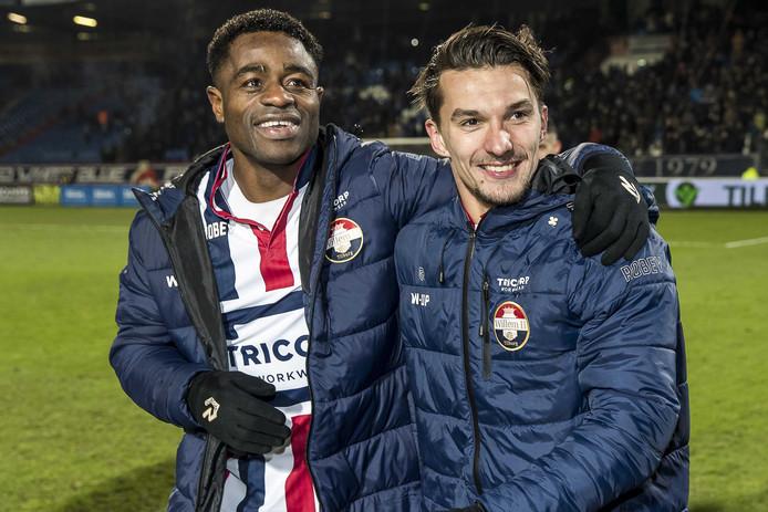 Jordy Croux (rechts) en Bartholomew Ogbeche vieren de zege op VVV. Allebei maakten ze een doelpunt.
