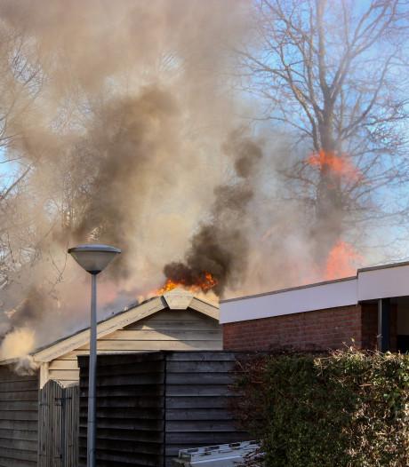 Brand legt tuinhuisje in Ens volledig in de as