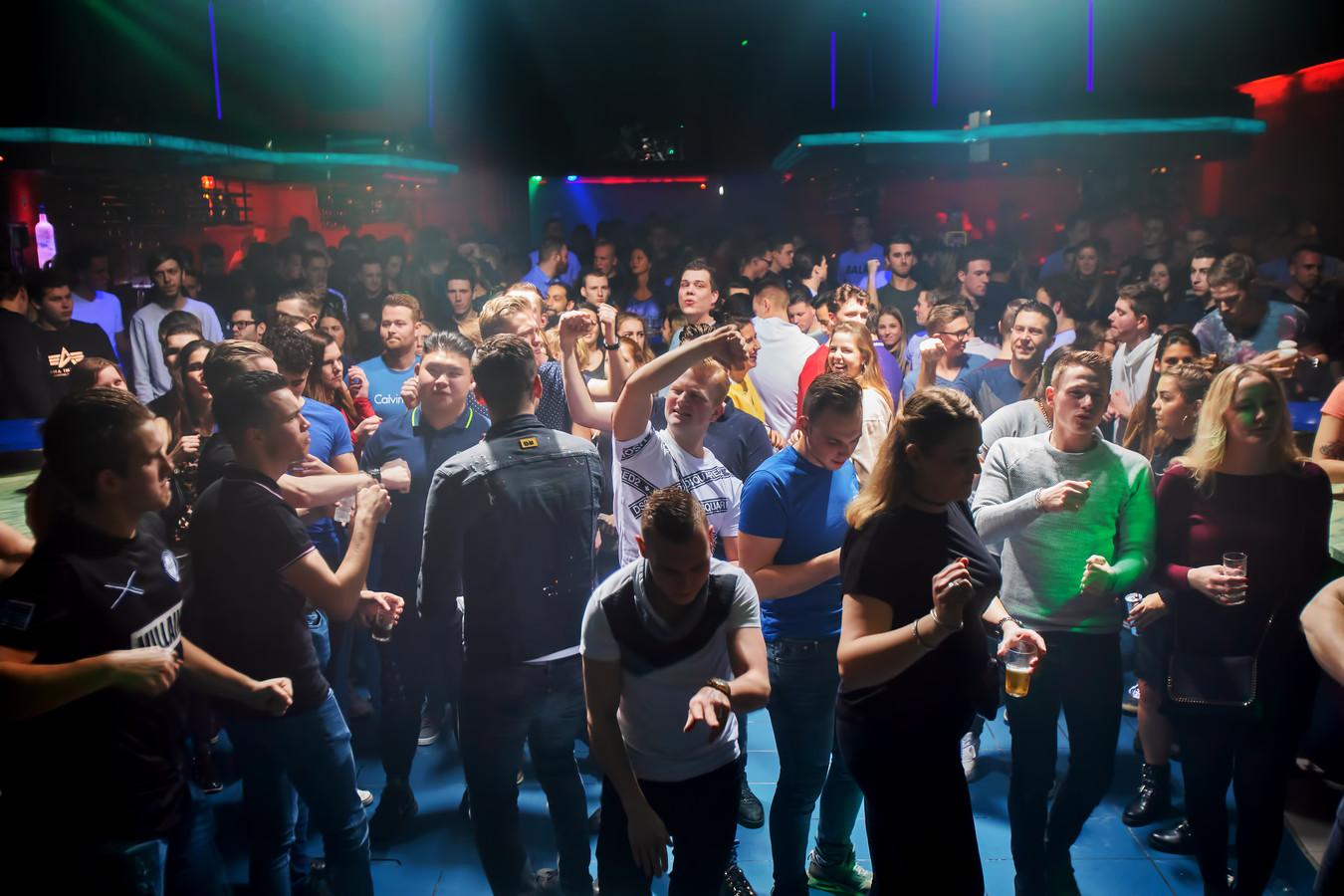 Discotheek Oscars in Raamsdonksveer bestaat binnenkort tien jaar. Op vrijdagavond was er een hardstyle-avond. Foto Pix4Profs / Johan Wouters