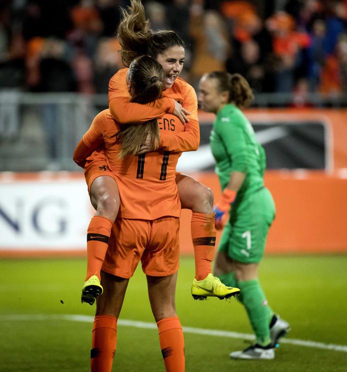 Lieke Martens viert haar 2-0 tegen Zwitserland met Danielle van de Donk.