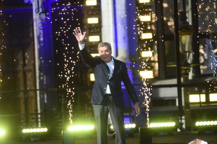 Eddy Merckx a reçu une ovation du public en début de soirée sur le podium de la Grand-Place de Bruxelles, à l'issue de la présentation des équipes. La foule a scandé son prénom avec ferveur.