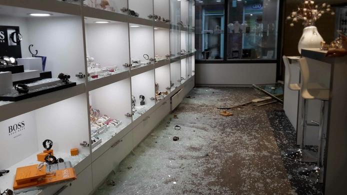 De ramkrakers sloegen vitrines van de winkel kapot en namen voor een groot bedrag aan sieraden mee.