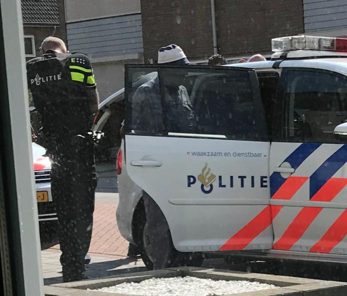 Het moment dinsdag dat de buurman in de Kemper in Deurne wordt opgepakt.