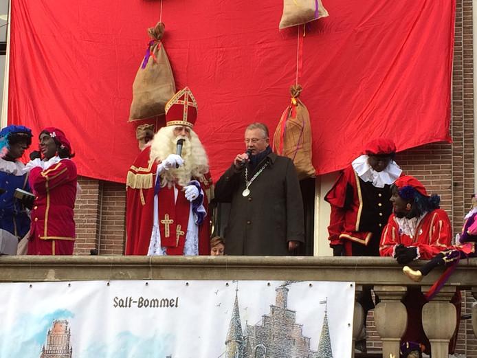 Burgemeester Pieter van Maaren verwelkomt Sinterklaas in Zaltbommel, waar duizenden Sintfans present waren.