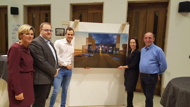 De opening van de tentoonstelling, met cultuurraadvoorzitter Aline Jacobs, burgemeester Tom De Vries (Open Vld), fotograaf Eli Verheyen en schepenen Ellen Brits (Open Vld) en Eddy Soetewey (N-VA).