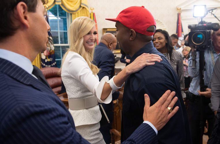 Ivanka Trump, dochter van de president, praat met Kanye West. De rapper stelde zich al direct nadat Trump zich kandidaat had gesteld voor het presidentschap, achter de miljardair.  Beeld AFP
