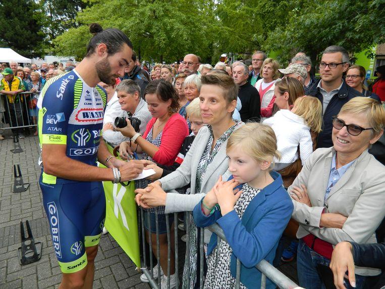 In augustus kwamen nog duizenden mensen aan het gemeentehuis van Aalter supporteren voor de BinckBanck Tour.