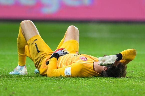 Frankfurt-doelman Kevin Trapp blesseerde zich aan de schouder en moet onder het mes.