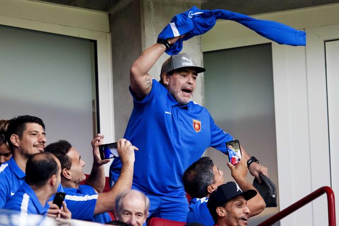Diego Maradona is aanwezig bij de eredivisiewedstrijd van PSV tegen AZ. Maradona is trainer van FC Fujairah dat een trainingskamp in Mierlo heeft.