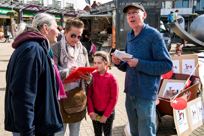 De SP haalde eerder in winkelcentrum Molenvliet honderden handtekeningen op tegen het winnen van olie en gas uit polder Papekop (Foto Marnix Schmidt)