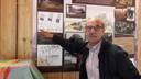 Harrie van Vroenhoven bij een informatiebord in de  Armenhoef.