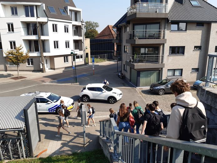 Zichtbaar politiecontroles aan het station van Evergem. Voorlopig is het er weer rustig.