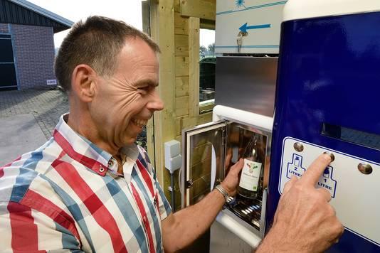 Biologische melkboer Jack Verhulst bij zijn rauwe melktap voor consumenten.
