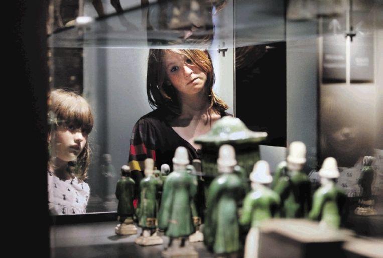 Morwenna en haar oudere zus Elaine in het Museum Volkenkunde in Leiden. (FOTO WERRY CRONE, TROUW) Beeld