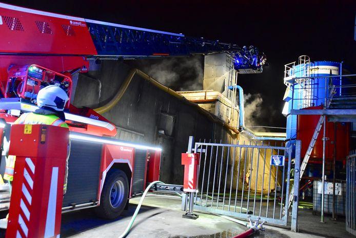 De brandweer had de handen vol met de brand bij het trappenbedrijf Verschaeve in Lauwe.