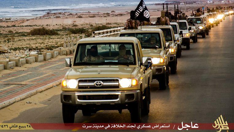 Een propagandafoto van IS waarbij strijders naar verluidt in de straten van de Libische kuststad Sirte te zien zijn.