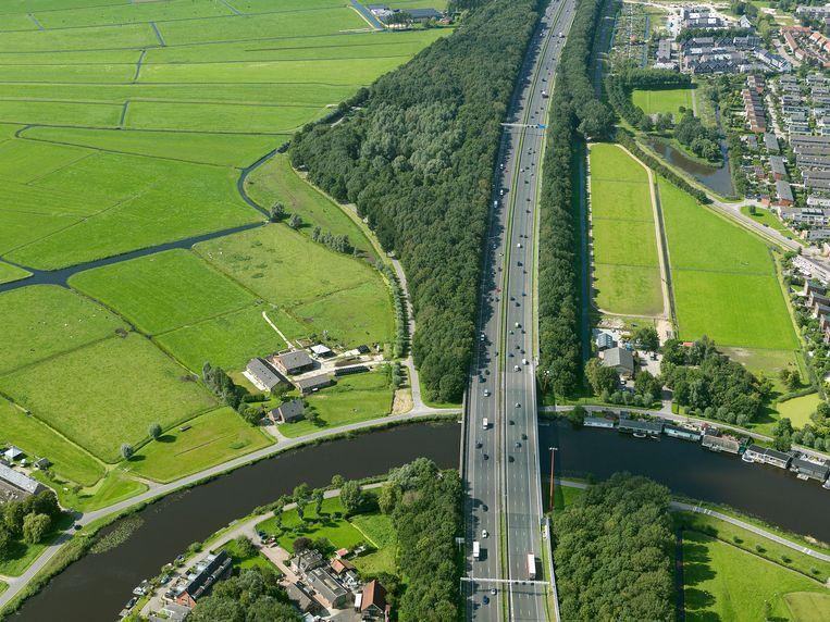 De snelweg A9 langs Ouderkerk aan de Amstel. Beeld Irvin van Hemert / Rijkswaterstaat