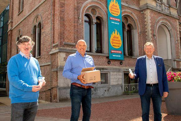Meesterbrouwer Bruno Reinders (centraal) overhandigt de alcoholgels aan OCMW-voorzitter Miel Saerens en burgemeester Koen Van Elsen.