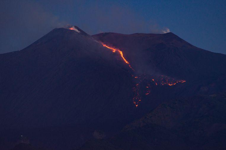 De lava stroomt langs de zuidoostelijke helling, de Valle del Bove genaamd, naar beneden over een lengte van 1,5 kilometer.