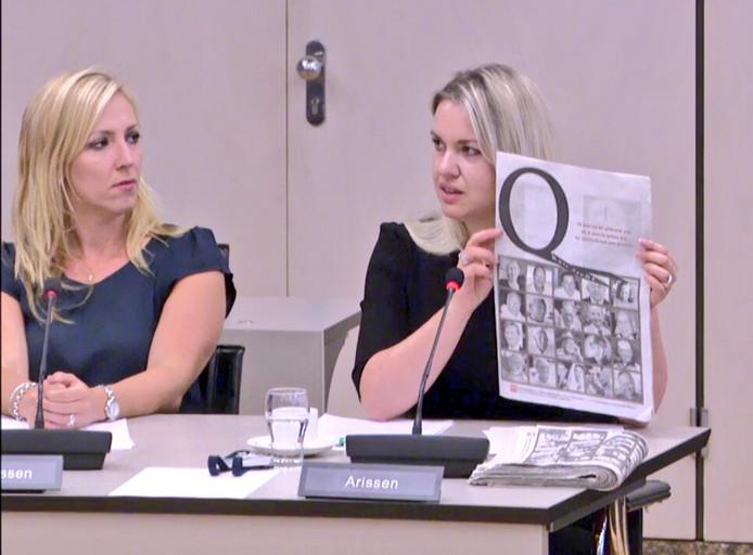 Tweede Kamerlid Femke Merel Arissen, hier tijdens een eerder debat, houdt de Q-koortsbijlage van het Brabants Dagblad omhoog. Haar fractie, de Partij voor de Dieren, vindt dat Q-koortsslachtoffers financiële compensatie moeten krijgen.