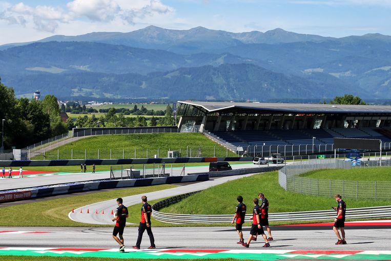 Leden van het Red Bullteam verkennen het circuit in Oostenrijk. Beeld XPB/Press Association Images