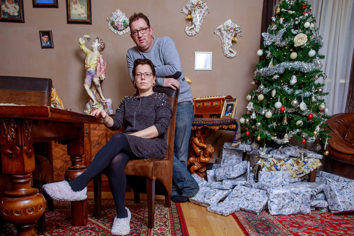 Pedro en Anna Damen in hun Tilburgse huis. Liever vandaag dan morgen gaan ze terug naar een woonwagen.