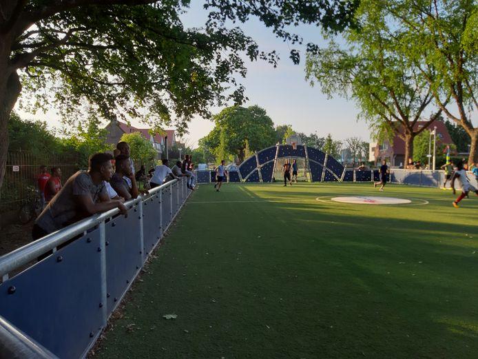 Het buurtvoetbalveld aan de Prins Frederik Hendriklaan wordt gebruikt door asielzoekers van azc Harderwijk