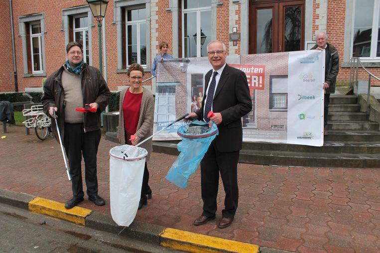 Schepen Karel De Ridder (Dilbeek), schepen Veerle Leroy (Beersel) en burgemeester Luc Deconinck (Sint-Pieters-Leeuw) trekken de zwerfvuilactie op gang.