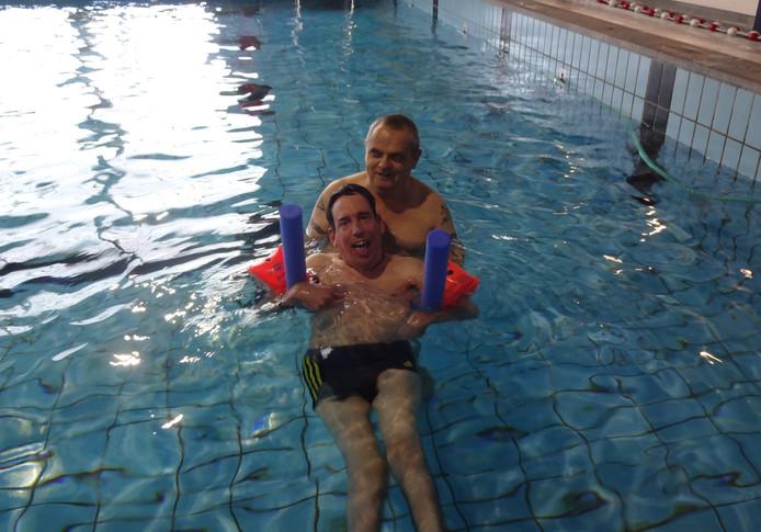 David van der Lubben uit Den Bosch is naarstig op zoek naar een nieuw zwemmaatje. Op deze foto helpt vrijwilliger Peter Vermeijs hem.